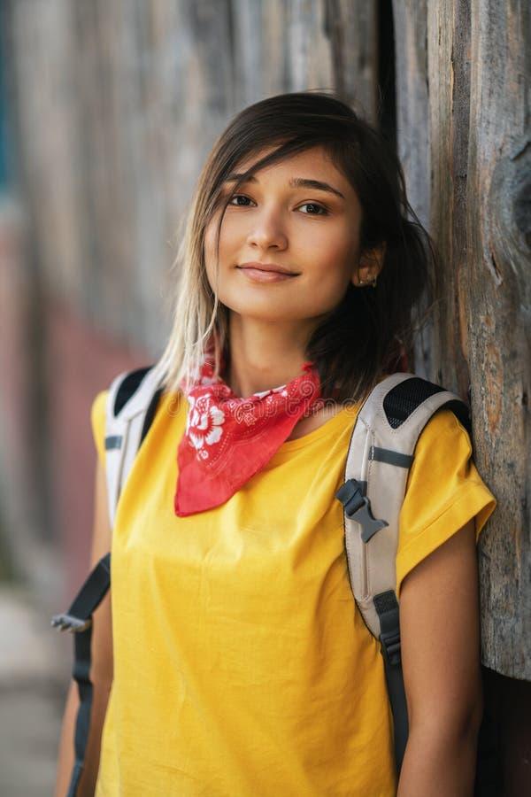 Bella ragazza sorridente che gode del tempo caldo di estate fotografie stock libere da diritti