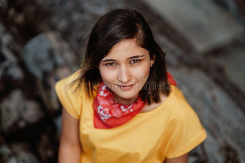 Bella ragazza sorridente che gode del tempo caldo di estate immagini stock