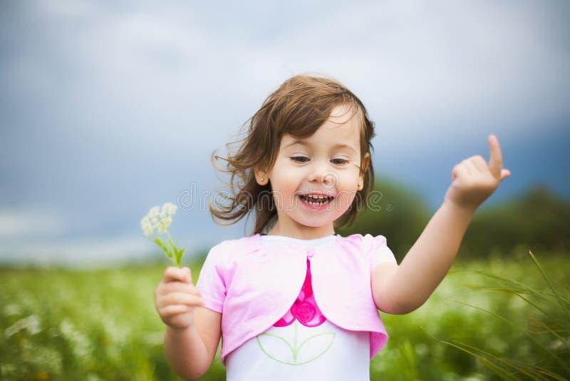 Bella ragazza spensierata che gioca all'aperto nel campo fotografia stock