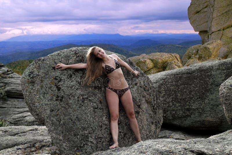 Bella ragazza su resto in montagne immagini stock