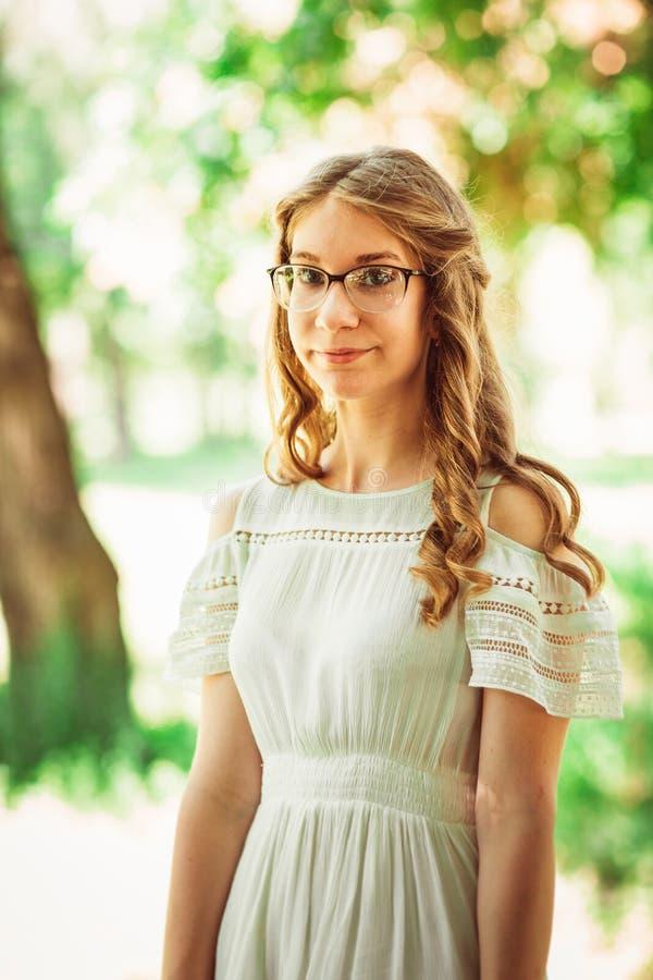 Bella ragazza su sfondo naturale fotografia stock libera da diritti