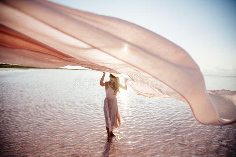 Bella ragazza su un lago rosa fotografia stock libera da diritti