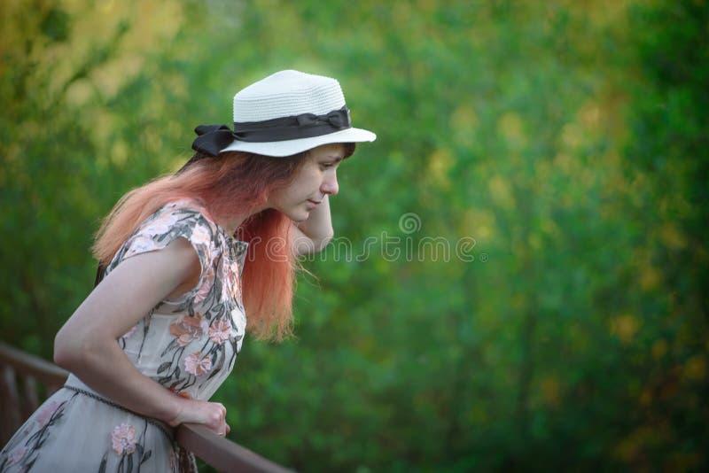 Bella ragazza sui concetti di ponte-stile di vita fotografia stock