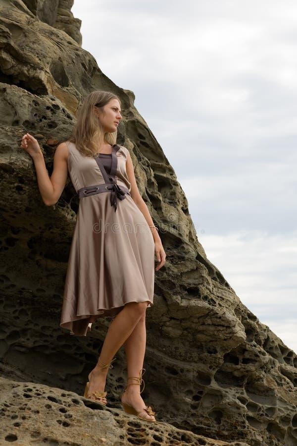Bella ragazza sui precedenti delle rocce immagini stock libere da diritti