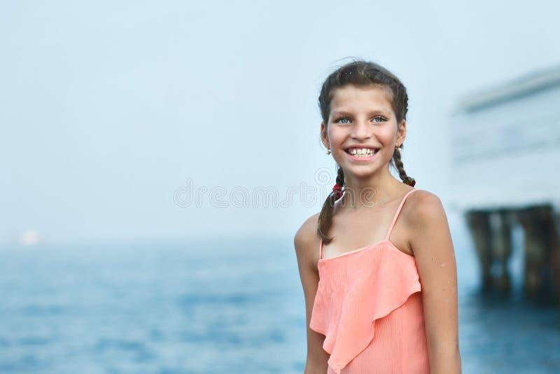 Bella ragazza sul pilastro. Mare fotografie stock libere da diritti