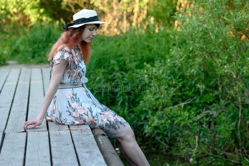Bella ragazza sul ponticello fotografia stock libera da diritti