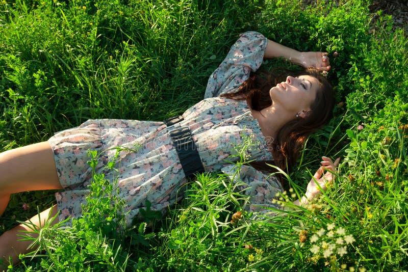 Bella ragazza sull'erba verde fotografia stock libera da diritti