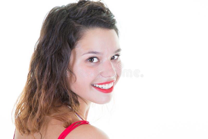 bella ragazza sulla giovane donna bianca del fondo che guarda indietro macchina fotografica e sorridere fotografie stock libere da diritti