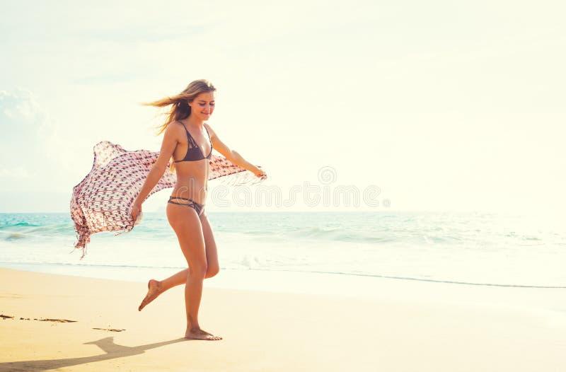 Bella ragazza sulla spiaggia al tramonto fotografie stock