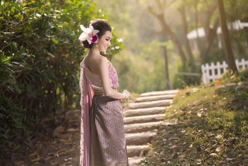 Bella ragazza tailandese in costume tradizionale tailandese fotografia stock libera da diritti