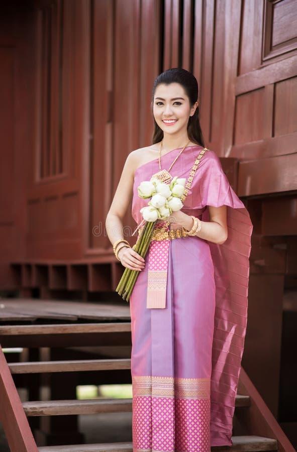 Bella ragazza tailandese in costume tradizionale tailandese fotografie stock libere da diritti