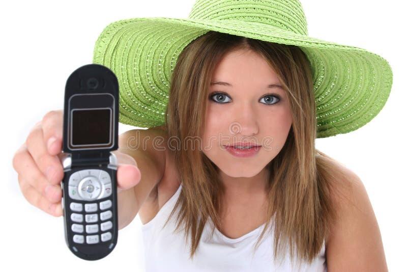 Bella ragazza teenager che passa cellulare alla macchina fotografica fotografia stock