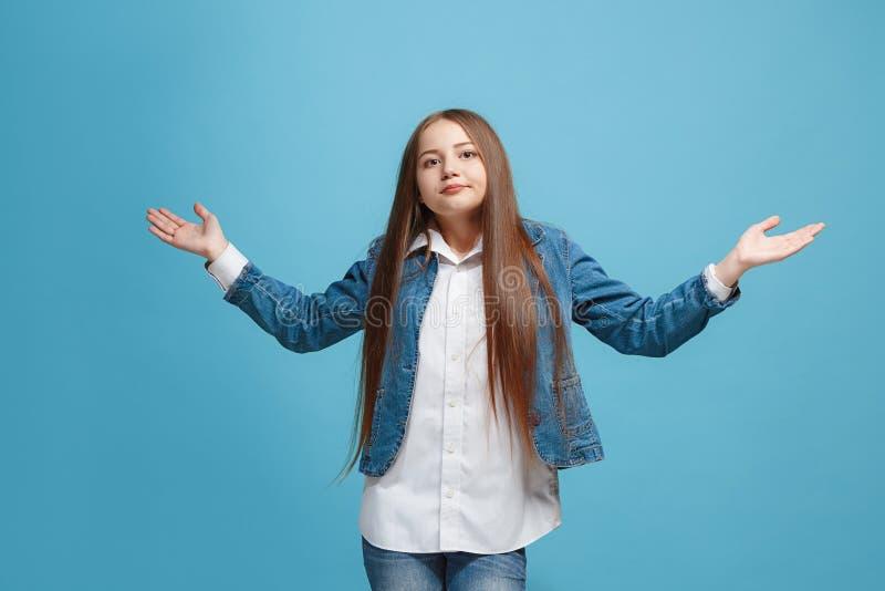 Bella ragazza teenager che sembra sorpresa e sconcertante sul rosa fotografie stock