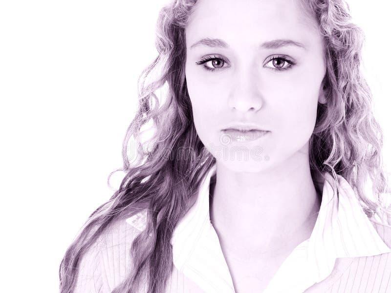Bella ragazza teenager con capelli biondi ricci lunghi immagine stock libera da diritti