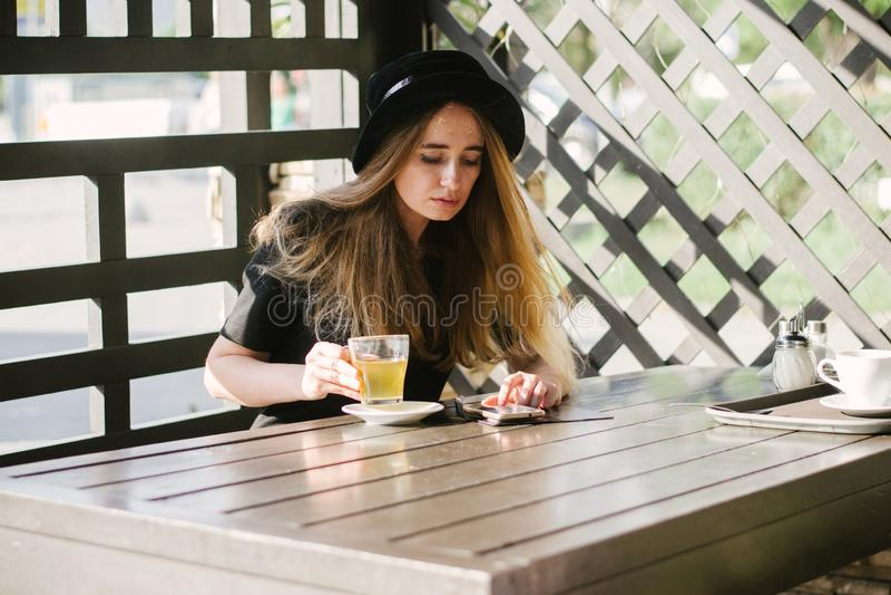 Bella ragazza in un caffè fotografia stock libera da diritti