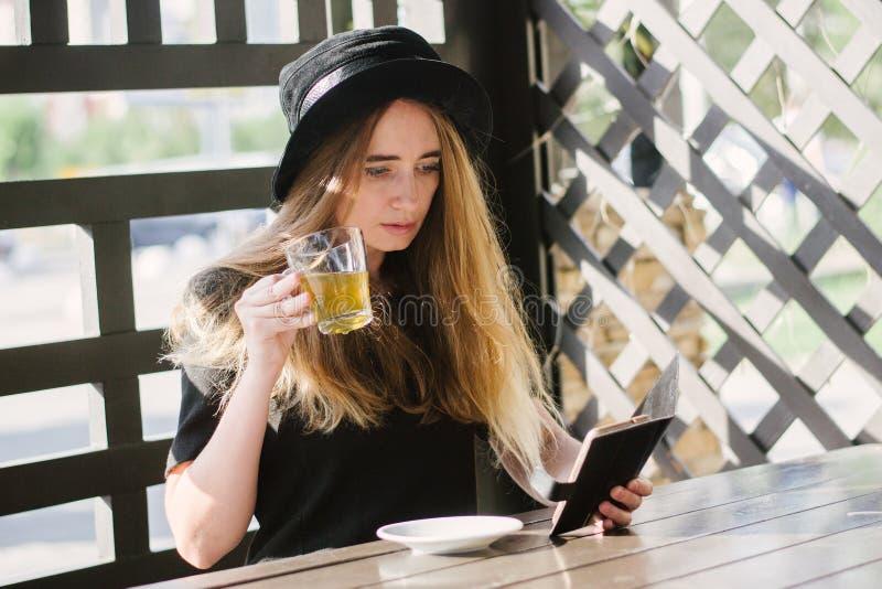 Bella ragazza in un caffè immagine stock libera da diritti
