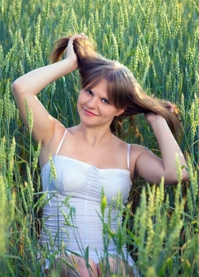 Bella ragazza in un campo di frumento immagini stock