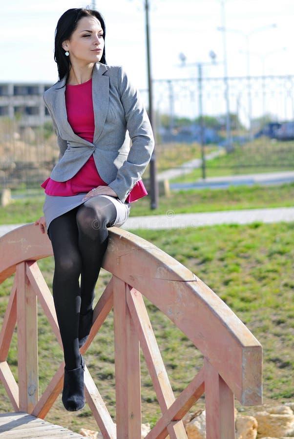 Bella ragazza in un capo nel parco di autunno fotografia stock