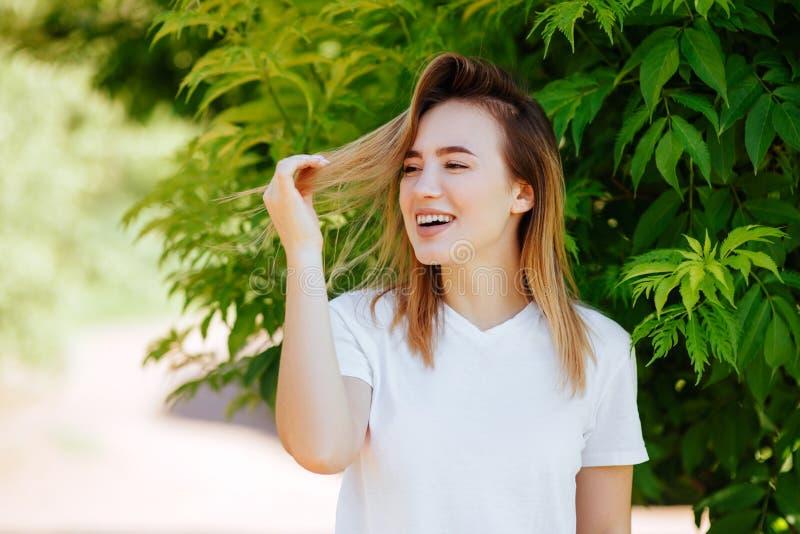 Bella ragazza in un parco verde immagine stock libera da diritti