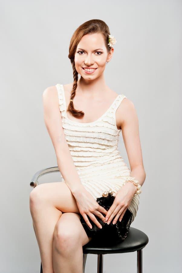 Bella ragazza in un vestito da cocktail bianco fotografia stock
