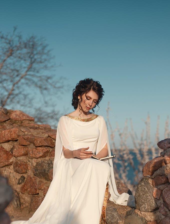Bella ragazza in un vestito greco fotografia stock