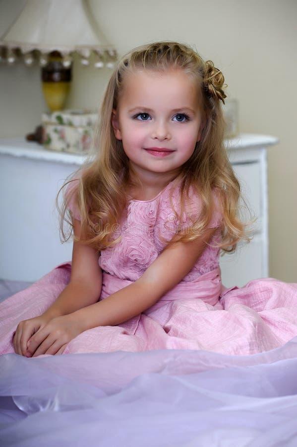 Bella ragazza in un vestito rosa fotografia stock libera da diritti