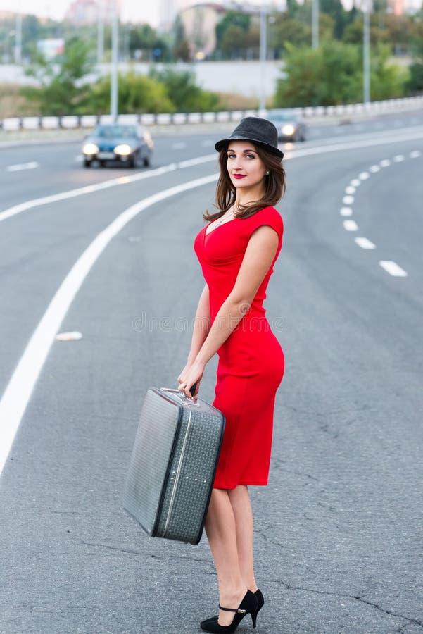 Bella ragazza in un vestito rosso fotografia stock