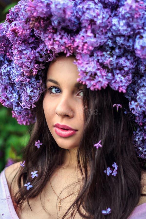 Bella ragazza in una corona del lillà fotografia stock libera da diritti