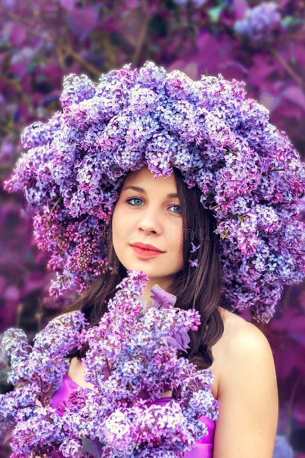 Bella ragazza in una corona del lillà immagini stock