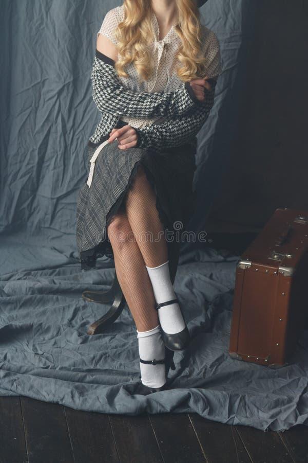 Bella ragazza in uno stile d'annata fotografia stock libera da diritti