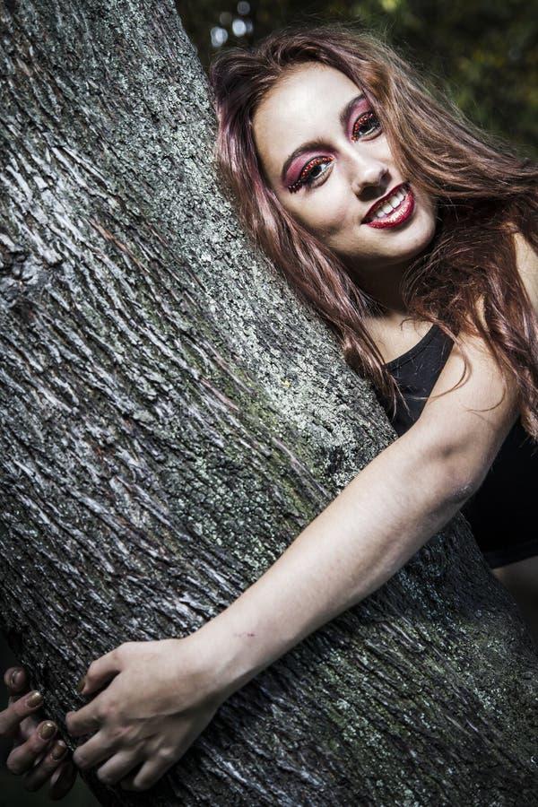 Bella ragazza in uno stile d'annata in un parco favoloso di autunno fotografia stock libera da diritti