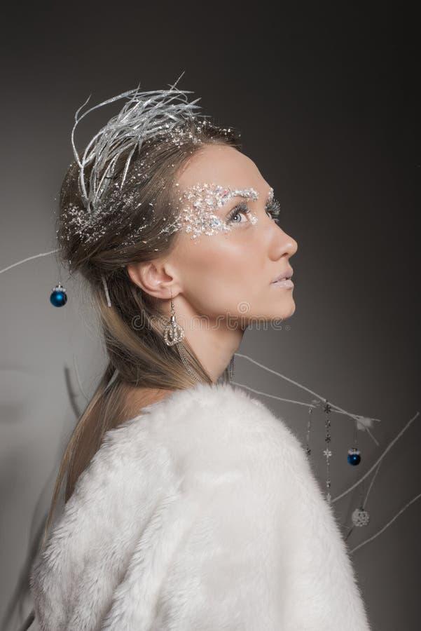 Bella ragazza vestita come l'immagine della regina della neve fotografia stock
