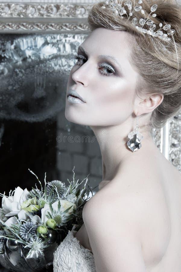 Bella ragazza, vestito bianco nell'immagine della neve immagini stock libere da diritti