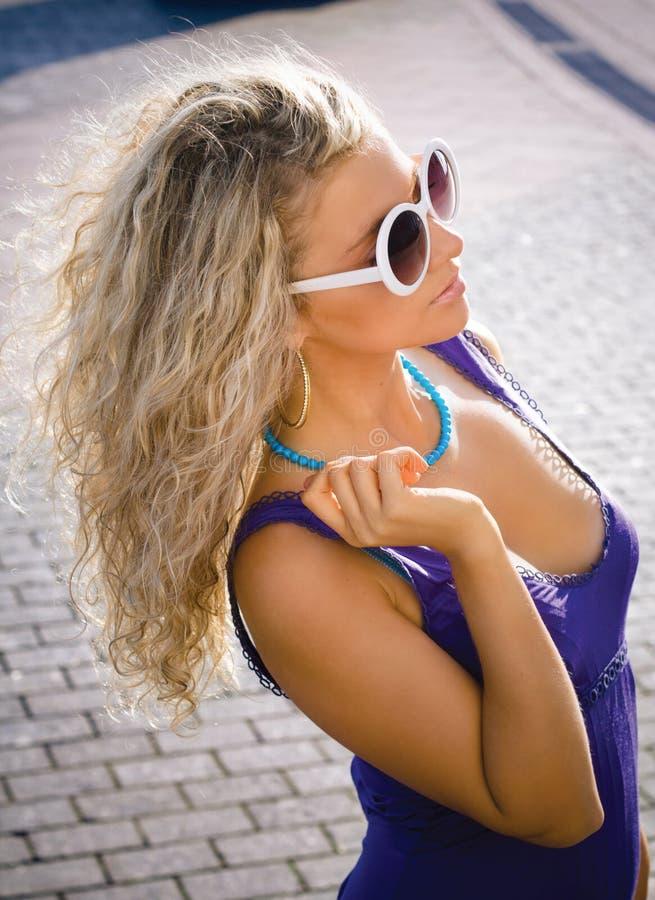 Bella ragazza in vetri di sole immagine stock