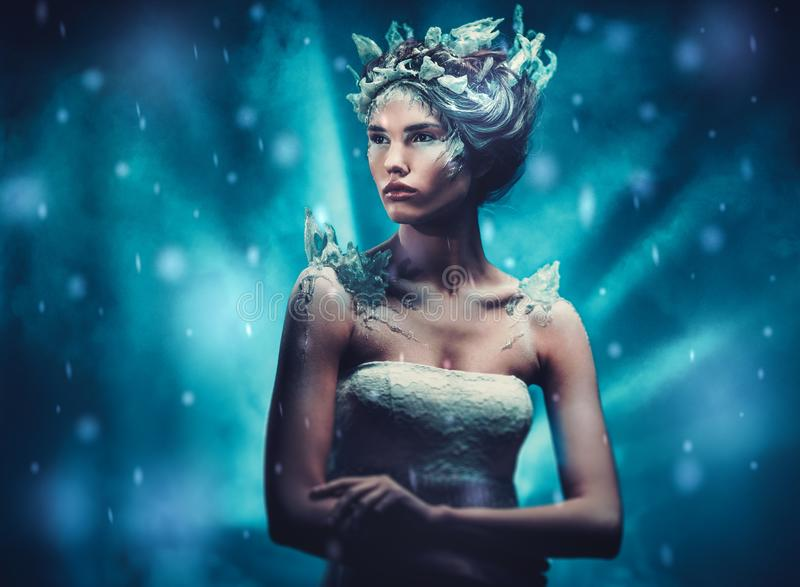 Bella regina del ghiaccio in una neve di caduta fotografia stock libera da diritti