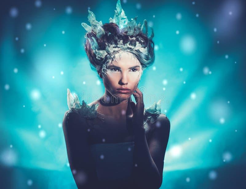 Bella regina del ghiaccio in una neve di caduta fotografia stock