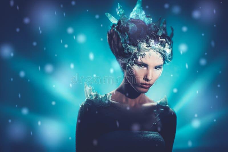 Bella regina del ghiaccio in una neve di caduta immagini stock libere da diritti