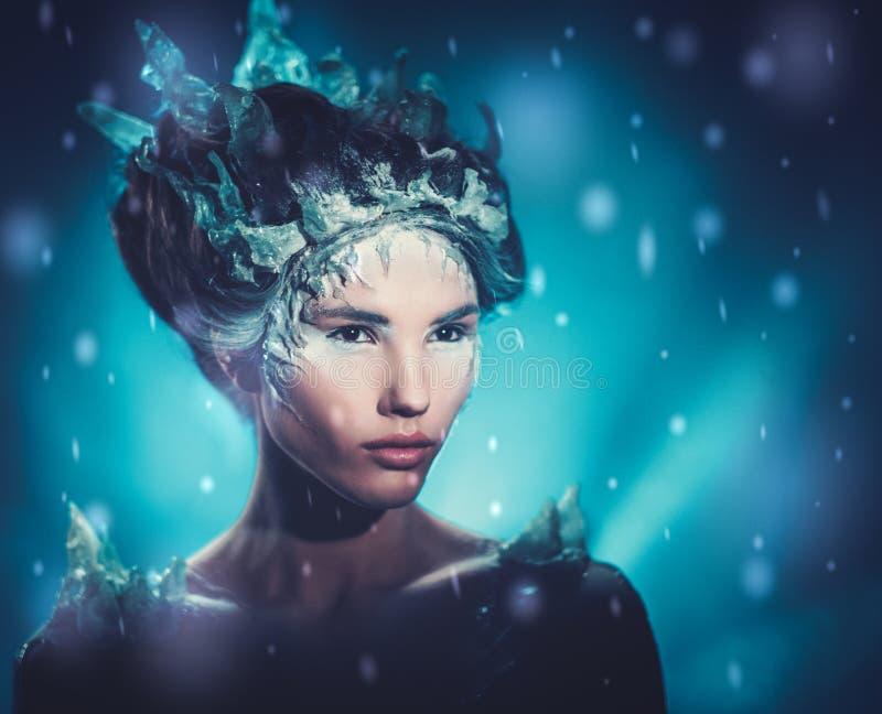 Bella regina del ghiaccio in una neve di caduta immagini stock