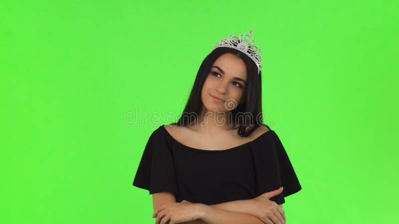 Bella regina di promenade che indossa una corona sul fondo di chromakey fotografia stock