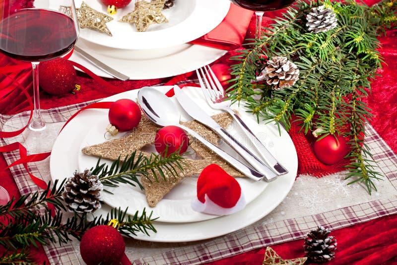 Bella regolazione con le decorazioni, tavola festiva della tavola di Natale fotografia stock libera da diritti