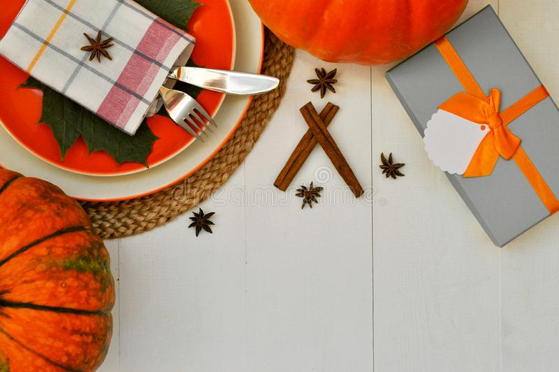 Bella regolazione del tavolo da pranzo per il tema di ringraziamento e bella carta di caduta nei colori bianchi ed arancio flatla immagini stock libere da diritti