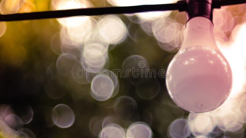 Bella retro decorazione della lampada della luce di lampadina Luci di Natale decorative d'attaccatura per un partito all'aperto immagine stock