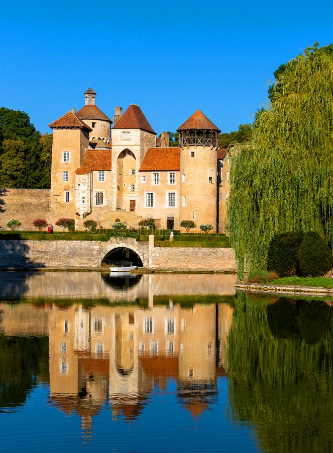 Bella riflessione del castello nella regione di Borgogna, Francia di Sercy fotografie stock