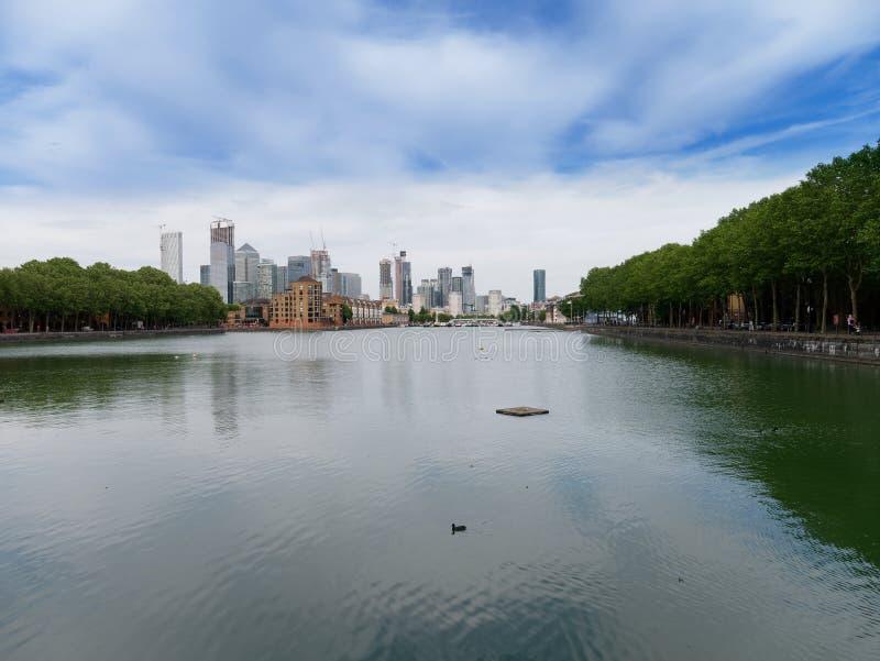 Bella riflessione di acqua, degli alberi verdi e della città di Londra immagini stock libere da diritti
