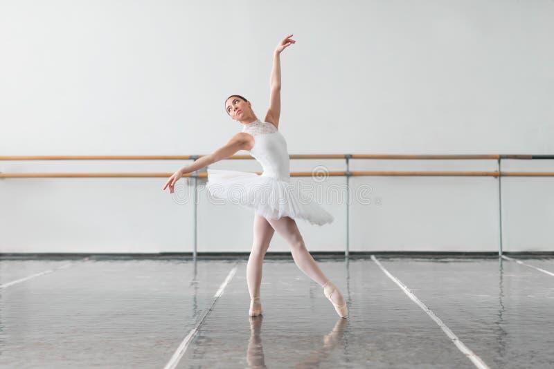 Bella ripetizione della ballerina nella classe di balletto fotografie stock