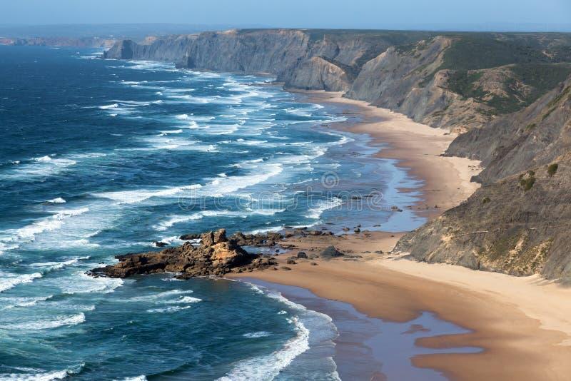 Bella riva rocciosa alla costa di Algarve nel Portogallo immagini stock libere da diritti