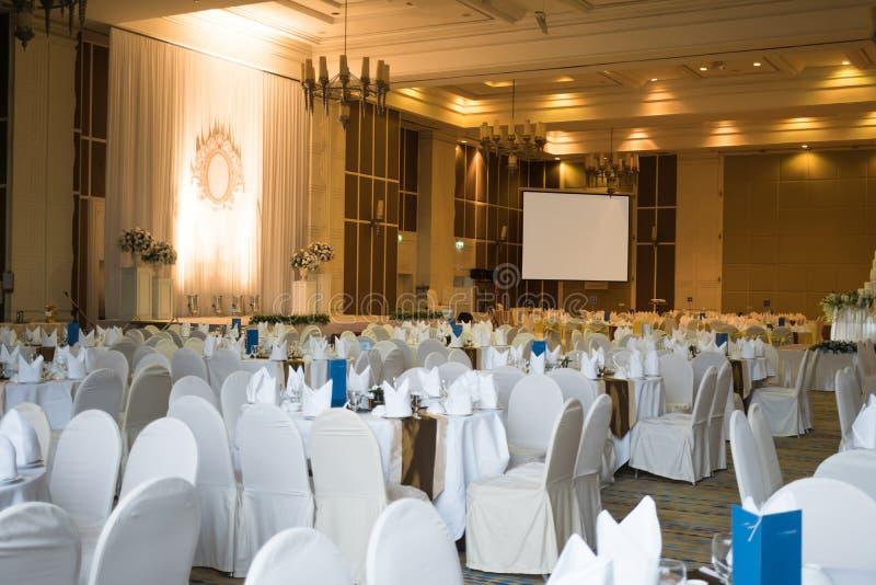 Bella sala da ballo decorata per un ricevimento nuziale con clipp fotografie stock