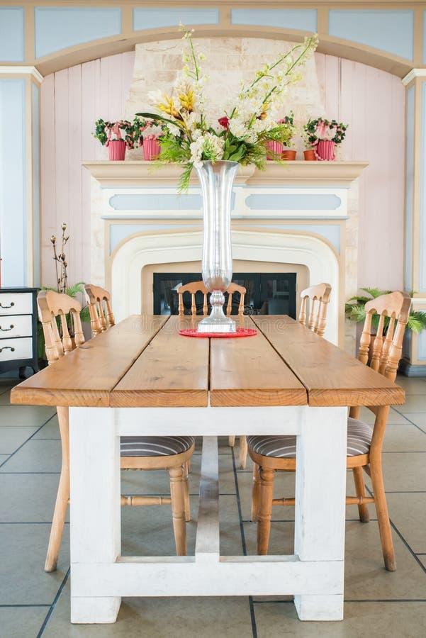Bella sala da pranzo stile country classica immagine stock for Sala da pranzo stile contemporaneo