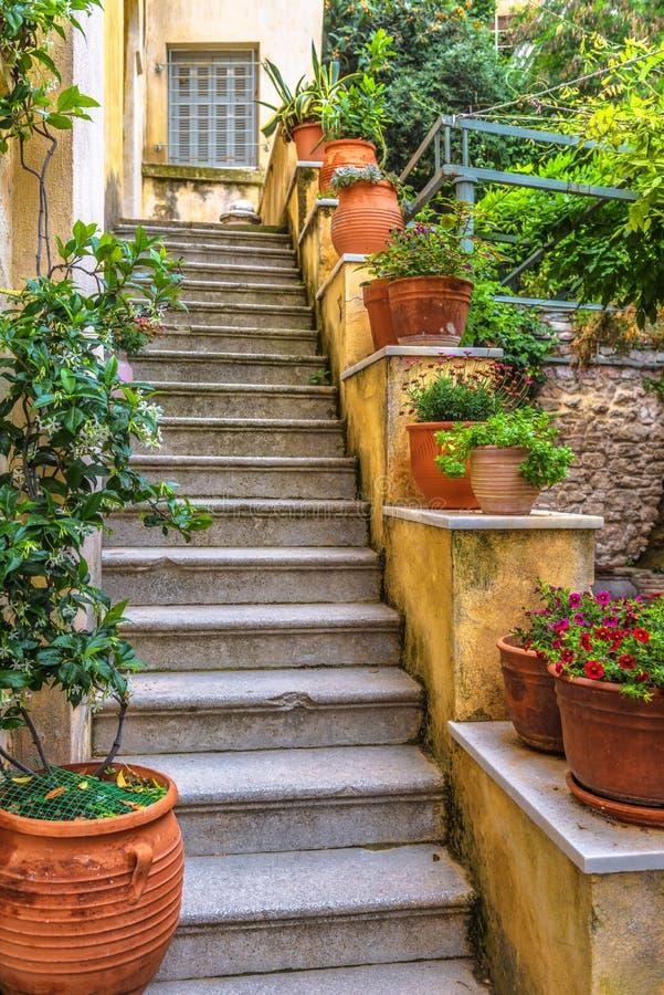 Bella scala del vicolo accogliente sul pendio dell'acropoli a Atene immagine stock