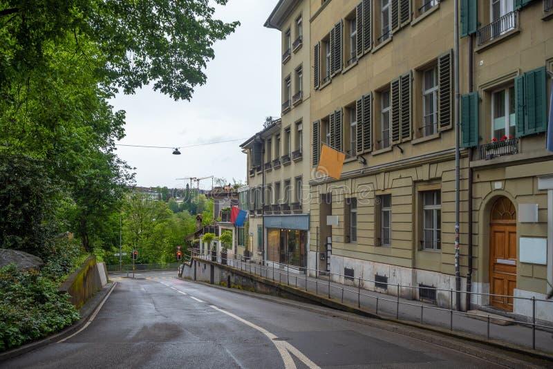 Bella scena della via vuota con le costruzioni medievali e gli alberi fertili in vecchia città di Berna fotografia stock libera da diritti